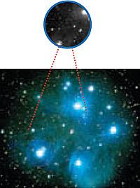 La nebulosa de estrellas abiertas de las Pléyades. Arriba, la sección proporcionada por el ocular, debajo el original