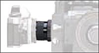 Una cámara reflex de espejo está conectada a la conexión de fotos del telescopio por medio del adaptador de fotos.
